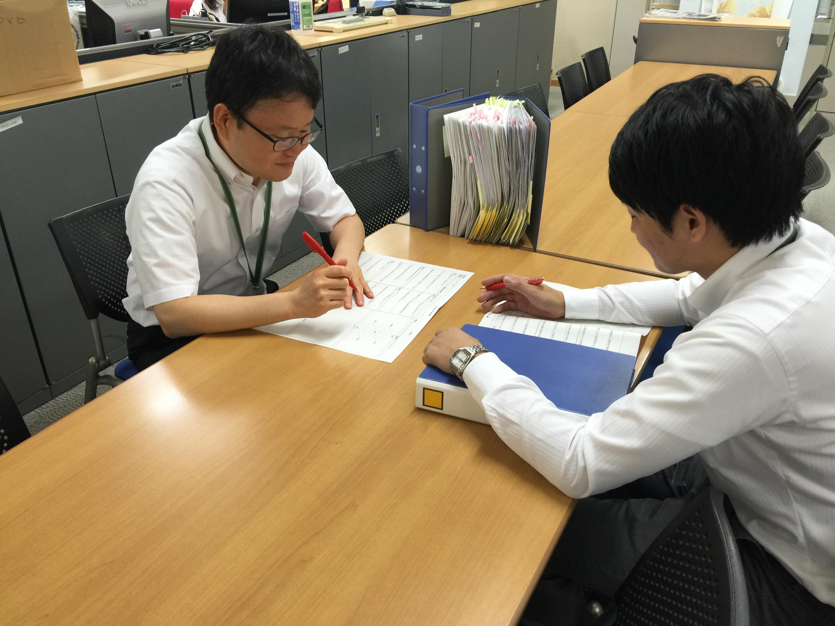 書類を審査する日本財団職員
